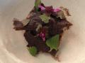 Varmrökt sjurygg, ramslök, yoghurtcrisp, gröna korianderfrön